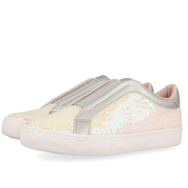 Zapatillas estilo slip on forradas en lentejuelas blancas, detalle de tira elástica central. Corte en textil, forro y plantilla de tejido. ¡Las zapatillas más brillantes y divertidas!