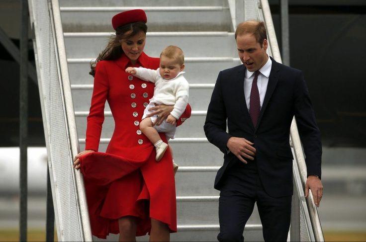 VISES OFFENTLIG FOR FØRSTE GANG: Hertuginne Kate og prins William landet i Wellington med sønnen prins George mandag. Foto: REUTERS