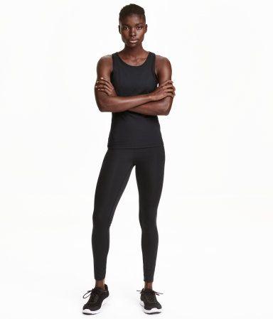 Zwart. Een sportlegging van stevig, sneldrogend, functioneel materiaal met een shaping effect op de taille, de heupen, het zitvlak en de dijen. De legging