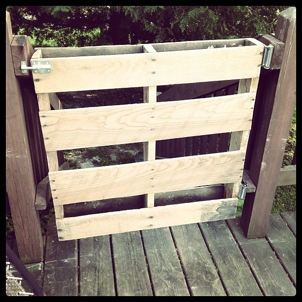 Deck/patio gate made out of an old pallet.