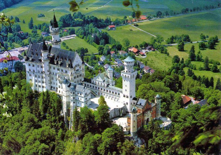 """Castillo de Neuschwanstein construido por el Rey Ludwig II sobre la peña de Hohenschwangau. Baviera. Alemania. Siglo XIX: La primera piedra se coloca el 5 de septiembre de 1864. Promedio de visitantes anual: 1,3 millones de personas. Aforo máximo alcanzado por día: 8.000 personas. Fue elegido por Disney en 1959 para ambientar """"La Bella Durmiente"""". neuschwanstein22.jpg (1600×1127)"""