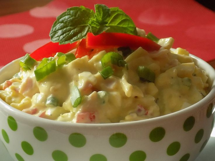 Vejce, šunku, sýr, papriku a cibulku nakrájíme na kousky. Všechno společně promícháme a dochutíme.Salát dáme vychladit a podáváme s pečivem,...