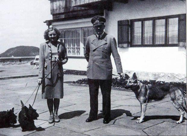 hitler y eva braum con sus perros