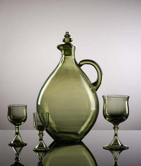 Jan Kurzątkowski projektował też szklane przedmioty jak ta karafka i kieliszki. fot. ARC