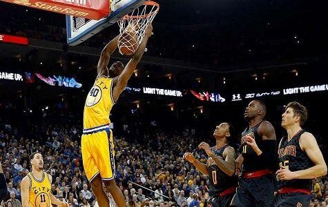 Warriors de Golden State lograron imponerse a los Hawks de Atlanta el martes por 109-105 pese a la baja de Stephen Curry, que siguió el partido vestido de calle por una lesión en el tobillo