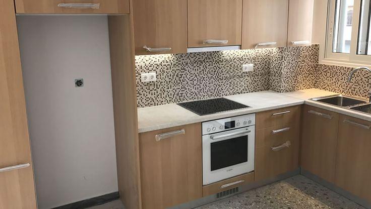 Αντικαταστάθηκαν οι παλαιές υδραυλικές και αποχετευτικές εγκαταστάσεις με νέες και έγινε μία ανακαίνιση μπάνιου wc όπως θα δείτε στις φωτογραφίες. Η ανακαίνιση που έγινε στο διαμέρισμα ήταν μερική. Οι ηλεκτρολογικές εγκαταστάσεις στην κουζίνα καθώς και ο ηλεκτ