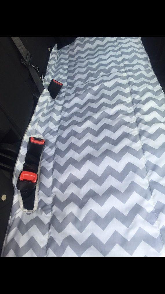 Proteger el asiento de atrás del pelo de las mascotas, derrames de bebé, niños sucios y adultos sucios simplemente ole con estos descuentos de asiento trasero.  Hechas de 2 capas de tela de algodón 100% y han cortado salidas para las hebillas del cinturón de seguridad. Su elección de la tela de impresión y tiene un color de coordinación en la parte posterior. Por lo que es reversible  La cut outs se colocan para hacer esto casi por completo universal para todos los vehículos. Hay 2 ranuras…