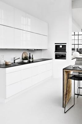 Selkeälinjainen keittiö sulautuu avaran asunnon yleisilmeeseen. #etuovisisustus #keittiö