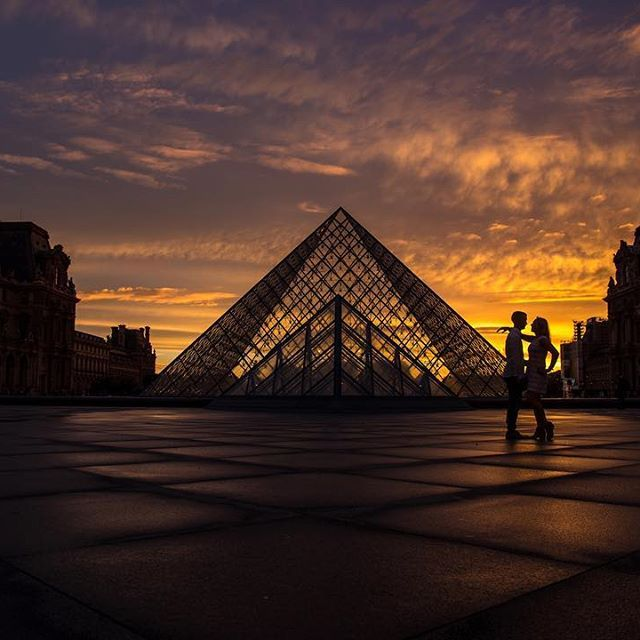 While in #paris we were presented with some of the most beautiful sunsets at just the right times on our #Couplescape trip. I love the feel and mood of this image as it makes me happy when I people at it. Taken at @thelouvremuseum in the courtyard of this