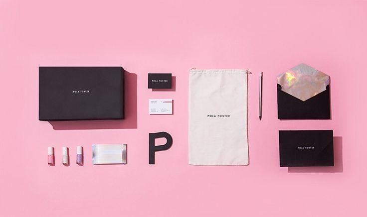 Бренду Полы Фостер понадобилась яркая и уникальная фирменная полиграфия и упаковка. Она выпускает линию молодёжной обуви под своим именем и именно поэтому относится к ней с большой любовью. За эту задачу взялись дизайнеры из студии Futura.