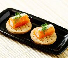 Røget lakserulle med æggesalat og dild - klik på billedet for at se mere... #karenvolf #digestive #opskrift #tapas #snack #fuldkorn