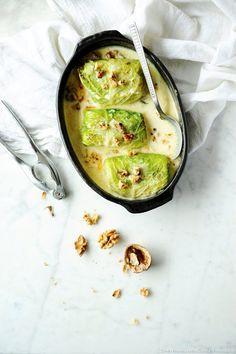 Chou farci, sauce gorgonzola et noix - Aprèsles choux farcis à laviande, authon ou auxchampignons...l'heure est aufromage.Dans cetteversion ultra gourmande et onctueuse,lechou au gorgonzola a tout bon et sent bon l'Italie. Bon appétit.