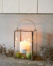 Een mooie lantaarn brengt sfeer. Deze strak vormgegeven glazen lantaarn gemaakt van glas in een fragiel koperkleurig frame is verkrijgbaar in drie verschillende maten.