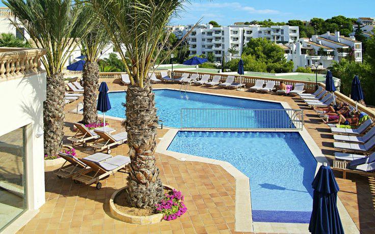 Azul Playa er et moderne og populært familiehotel med skønne lejligheder. Tag trappen ned og du befinder dig på den populære Cala Ferrara-strand eller nyd havudsigten fra poolen. Se mere på http://www.apollorejser.dk/rejser/europa/spanien/mallorca/cala-dor/hoteller/azul-playa