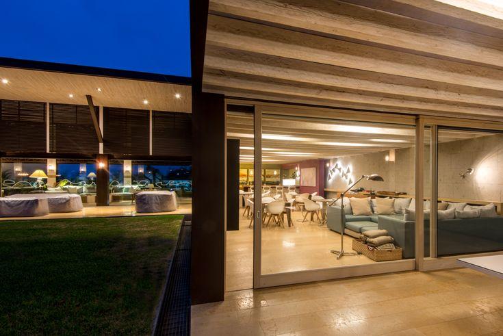 Vista exterior, cancel de madera, tono natural, Elevable, MULTIVI #ventana #ventanademadera #madera #multivi #puertademadera #puerta #hechoenmexico