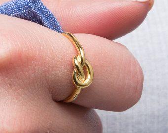 Een knoop ring. De ring symboliseert een knoop die helemaal niet zijn gebonden, maar heeft alle intenties van wordt gebonden. Een belofte ring  Deze ring is gemaakt van sterling zilver - goud vermeil. Het is handgemaakt met hoge polijst afwerking. Alle maten zijn beschikbaar. Speciale aanbiedingen voor vele stukken bruiloft partijen enz.  Wereldwijd verzenden via het tracking-nummer. Al onze sieraden komen zorgvuldig packeged in een doos van de gift.