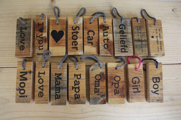 Gave sleutelhangers met tekst gemaakt van pallethout. Te bestellen via welkom@werestore.nl
