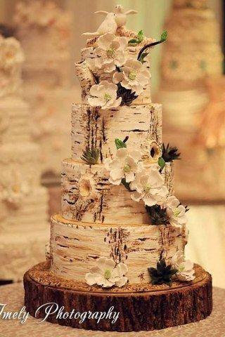 Colori pastello, tinte dark, cascate di fiori e motivi romantici. Ecco 40 foto di torte nuziali creative e originali che vi aiuteranno...