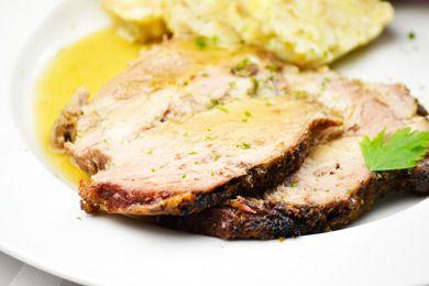 Der Kärtner Schweinsbraten ist eine leckere Kärntner Hauptspeise, die mit unter anderem mit Knoblauch, Kümmel und Thymian gewürzt wird. Das Rezept ist total einfach.