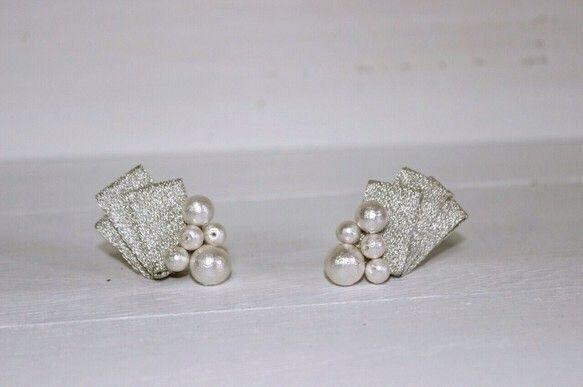 silver pearl…シルバーのリボンにホワイトパールお上品なアクセサリーです(*^_^*)これからの寒い季節に大活躍です♡デイリーやフォーマルにもお使い頂けます。※受注製作となっておりまして、7日ほどお時間頂いております。※ハンドメイドの為、多少の誤差が生じる場合がございます。※ラッピングをご希望のお客様へKUPIPI RIBBONのラッピングはお箱に入れての配送になります。お手数ですが、ラッピングをご希望の場合定形郵便ではなくゆうパックを選択し