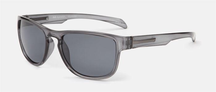 Gafas de sol unisex, de estilo deportivo color gris y lentes polarizadas. Tiene detalles en metal en ambas varillas.  Entra en multiopticas.com y pruébatelas.