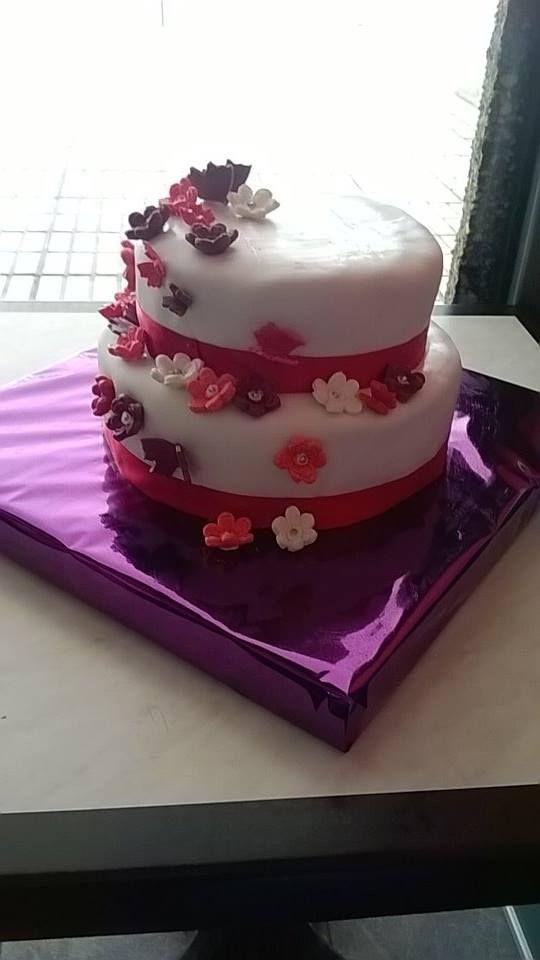 tarta de boda. fondant, flores y mariposas echas a mano de fondant
