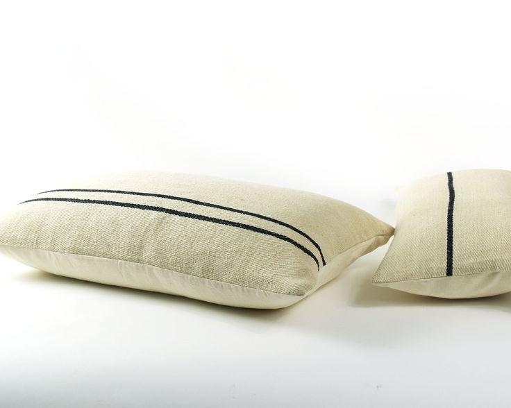 zachte roomwitte 100% zijden kussens met zwarte steep. In de maten 30/60 en 40/70