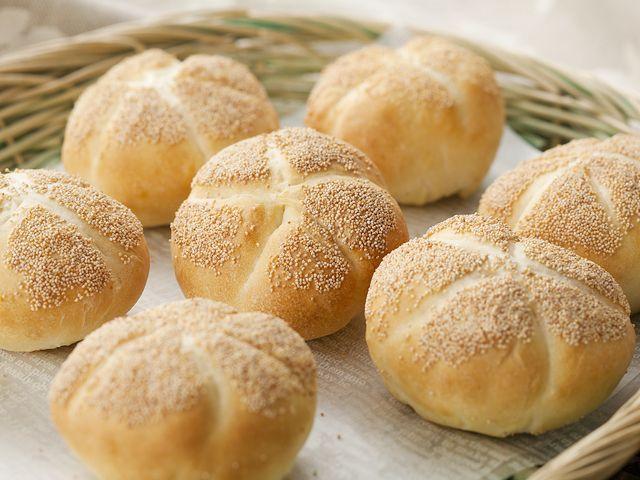 ポピーシードを表面につけたかわいいパンです。5本の放射状のラインが特徴のドイツパンです。