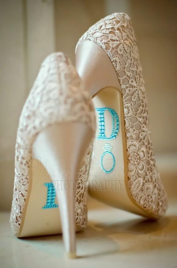 Love de I DO stickers op deze prachtige kanten trouwschoenen <3