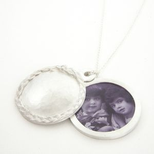 'Let me hide myself in thee' by marijegeursen.nl [Locket with decoration of casted hair. (Silver)]