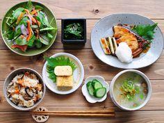 : 〈 Yellowtail in teriyaki sauce set 〉 : ブリの照り焼き定食。 きのこご飯、お味噌汁、だし巻き玉子、菜の花辛子和え、サラダ、きゅうりの浅漬け、のブリ照り焼き定食です。 ご飯にしめじ、椎茸、エノキ、みそ汁になめこが入っているので実はきのこ定食かもしれません(*´Д`*) :