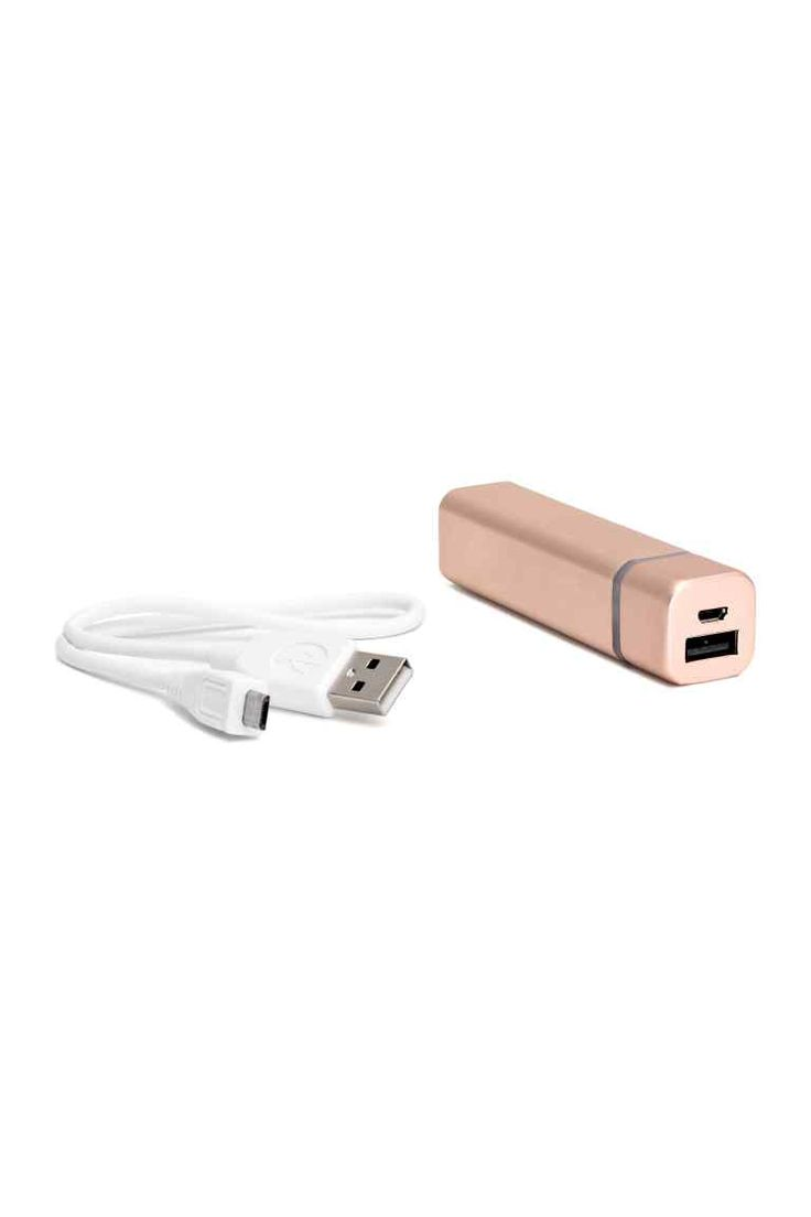 Chargeur portable: Petite batterie rechargeable pouvant entre autres être utilisée pour les smartphones. Article livré avec un câble USB muni d'une prise de type A à une extrémité et Micro B à l'autre. Entrée/sortie : 5V. Contient une pile au lithium d'une capacité de 2600mAh. Temps de recharge 3 heures. Dimensions 2x9 cm.