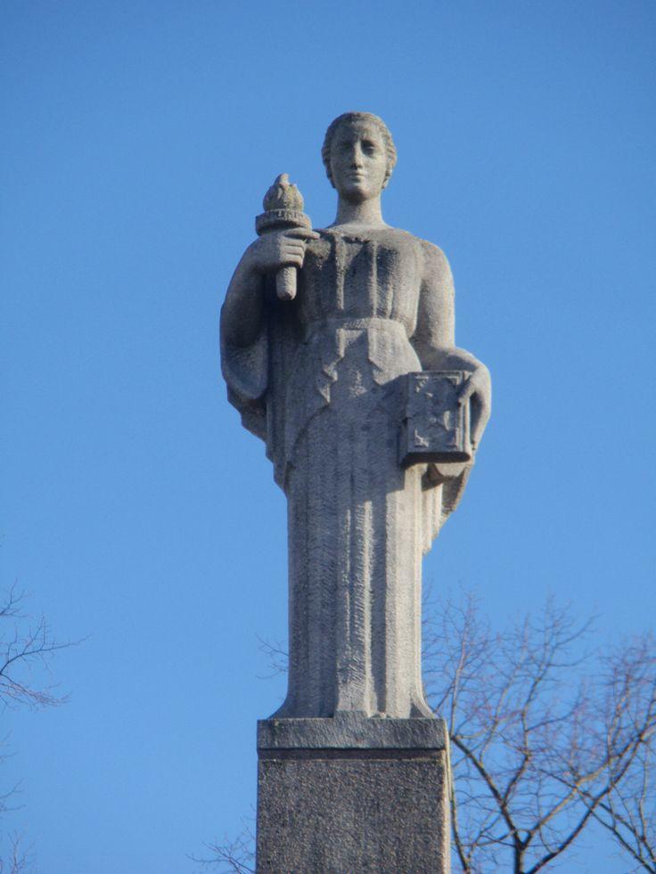 Symbool van Wijsheid van beeldhouwer Pieter d'Hont aan de Spinozabrug