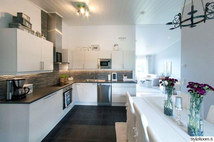 moderni,keittiö,vaalea sisustus,keittiön sisustus,ruokailu,kodinkoneet,keittiön kaapit,keittiön välitila