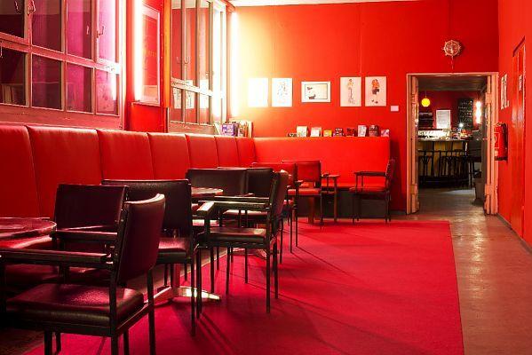 Für das kleine Sputnik-Kino in Berlin braucht man ordentlich Puste. Berlins höchstes Kino findet ihr im fünften Stock eines Kreuzberger Gebäudekomplexes. S-Bhf. Südstern.