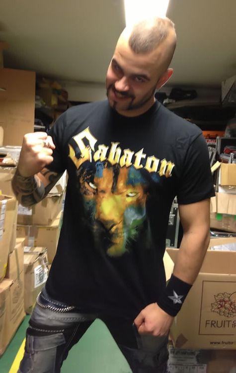 """Eine meiner, wenn nicht sogar meine Lieblingsband. Sabaton war mein Einstieg in den Metal und Sabaton, das sind für mich vor allem Joakim und Pär mit ihrer """"Bromance"""""""