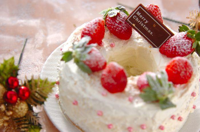 こちらは苺のショートケーキのようにデコレーションした、バームクーヘンケーキ♪苺にかかる粉砂糖がまるで雪のようですね。クリスマスなので、ぜひ粉砂糖はご用意を。