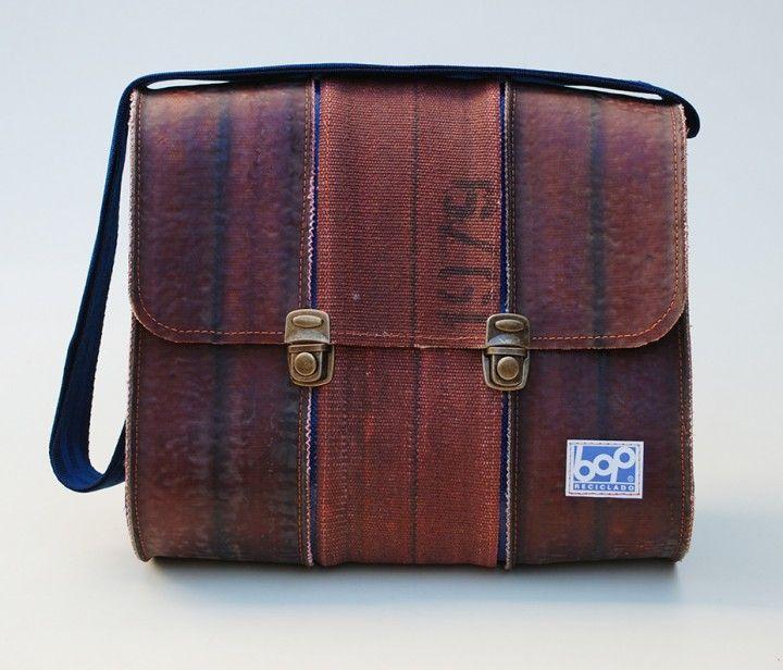 Realizado con maguera de incendio reciclada 1 bolsillos interior con cierre. 1 Cerraduras exterior medidas: alto: 29 cm. profundidad: 13 cm. ancho: 33