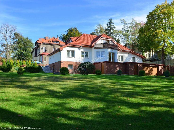 """Pokoje gościnne """"Lux"""" położone są w Szklarskiej Porębie, blisko wyciągu krzesełkowego na Szrenicę. Więcej informacji na: http://www.nocowanie.pl/noclegi/szklarska_poreba/kwatery_i_pokoje/115401/"""