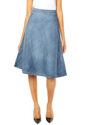 Saia Jeans Colcci azul, com design clean e comprimento midi. Modelagem evasê e fechamento em zíper. Confeccionada em algodão, oferece conforto e toque macio. Cintura: 66cm/ Comprimento: 70cm/ Tamanho: 38 . LAY