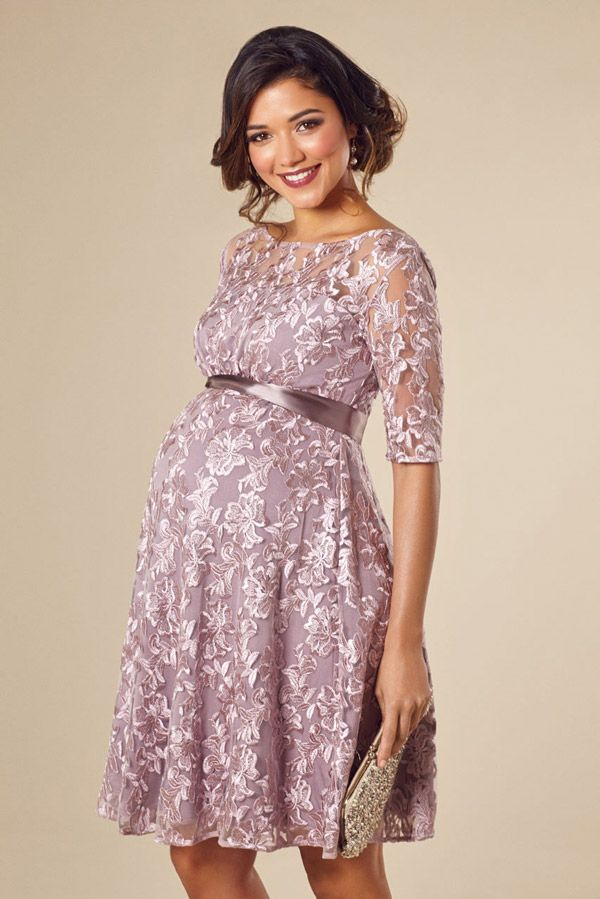 Festliche Umstandsmode aus Spitze sieht sehr feminin und zart aus. Mit einem Stoffgürtel wird der Babybauch schön betont // Maternity occasion wear with lace looks very feminine. Try a little belt to accentuate your baby bump