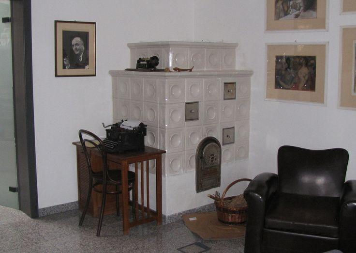 Ricostruzione di stufa in maiolica con mattonelle ed accessori di provenienza trentina.