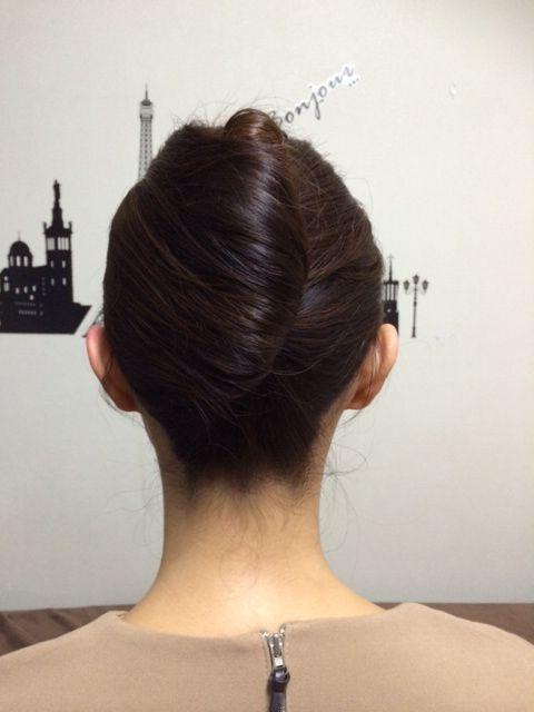 夜会巻きの作り方7:おくれ毛などをコームで綺麗にしてスタイリング剤を使えば完成です