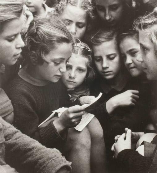 David Seymour (1948) Διαβάζοντας το γράμμα