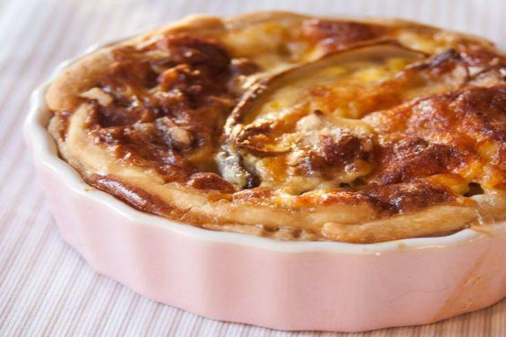 Facile da preparare e da proporre per piatti unici sfiziosi e saporiti, è la torta salata al radicchio con crescenza e noci, un mix di ingredienti perfetto!