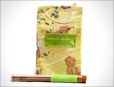 Inciensos orgánicos, linda presentación de tubo con corcho y bolsa elaborada en papel reciclado a base de pétalos.