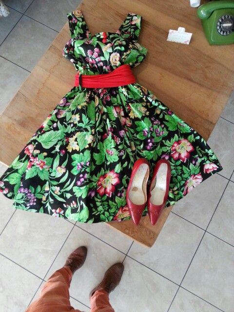 Vestito a fiori anni 70 nel nuovo negozio vintage a Moasca in provincia di asti.