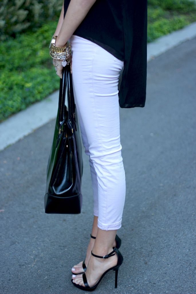 love this!: White Skinny Jeans, Hot Shoes, Black And White, Outfit, White Pants, Black White, Black Heels, Pink Peonies Blog, Sexy Shoes