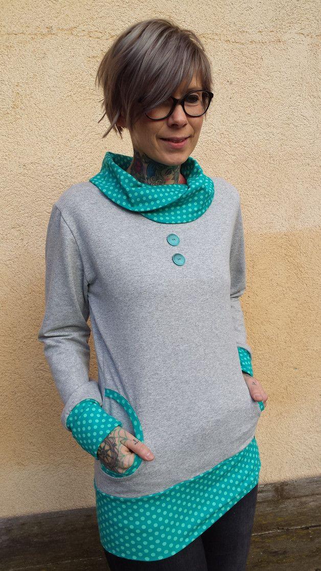 """Unser Kragen-Hoodie """"Molli"""" ist aus einem weichen, hellgrauen Sweat,  abgesetzt durch einen türkisfarbenen Baumwolljersey mit hellen Punkten gefertigt.  """"Molli"""" ist körpernah und hat dennoch eine..."""