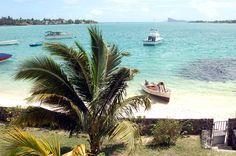 Dieses Mauritius Ferienhaus, auf Selbstversorger-Basis, für 2-6 Personen + 1 Kind ist ausgestattet  mit Klimaanlage, liegt direkt an der türkisfarbenen Lagune von Pointe aux Canonniers. Dieses ideal gelegene Mauritius Beach House Alma; ist ein Duplex-Strand-Bungalow von 3 Einheiten alle nebeneinander in einer Reihe zusammen. #Mauritius #Bungalow #Beach I ❤ MAURITIUS! ツ  http://www.isla-mauricia.de/objekte-mauritius/mauritius-strand-ferienhaus-alma-de/